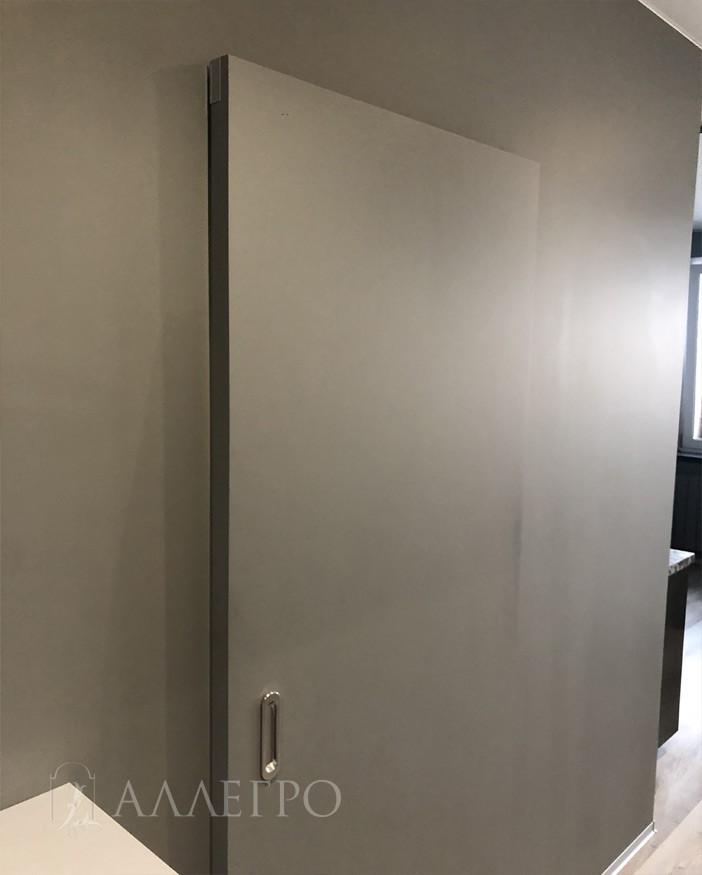 Двигаясь вдоль стены, а не открываясь в комнату, дверью можно спокойно пользоваться и при этом не мешать проходу других членов семьи, как это часто бывает в квартирах с ограниченной площадью.