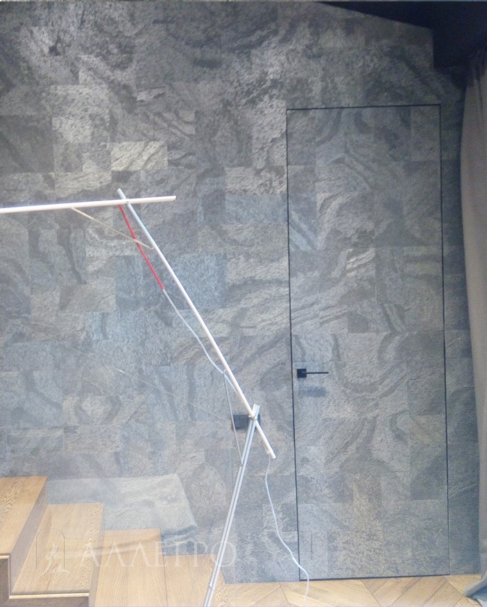 Если планируется наклеивать тяжелые декоративные панели или камень возможна врезка дополнительных петель и изготовление усиленного полотна