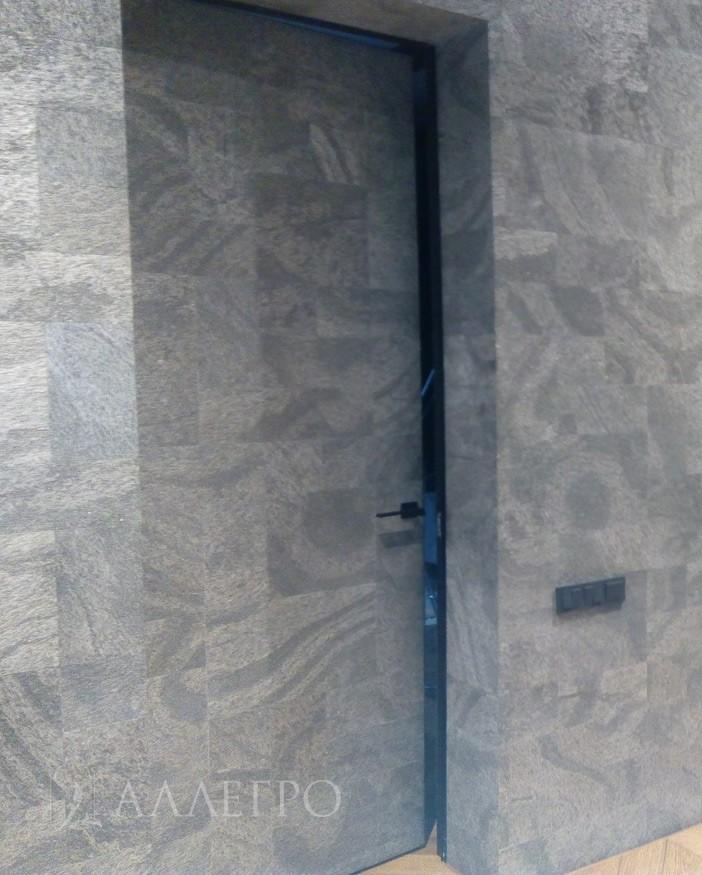 Толщина полотна - 40 мм. Состоит из двух панелей МДФ толщиной 5 мм, между которыми находится наполнитель. Покрыты специальным грунтом.Торец полотна или кантик отделан анодированным алюминием.Цвет серебряный. Кантик вместе с каркасом двери составляют единый профиль и неотделимы друг от друга. Толщина кантика - 2 мм. Кантик выполняет антивандальную функцию и защищает полотно от сколов, ударов, царапин.