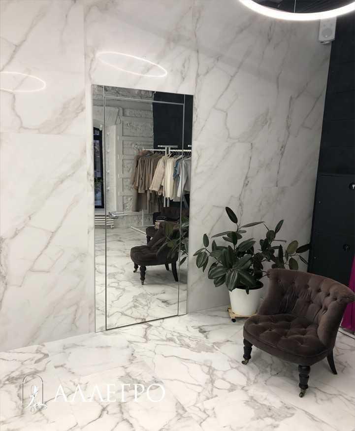 Распашная зеркальная дверь с наличниками
