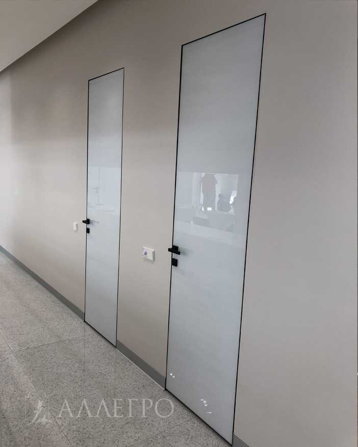 Дверь под покраску с алюминиевой коробкой - полотно каркас деревянный под отделку. Черный кантик с двух сторон. Скрытая коробка на 100% сделана из авиационного алюминия.Окрашена в черный цвет. Может изготавливаться высотой до 2700 мм.