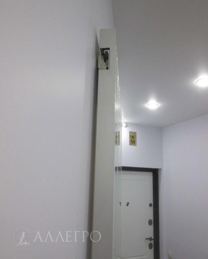 Направляющая крепится не на стену, как обычно, а врезается в полотно. Затем полотно вместе с направляющей вешается на каретку.