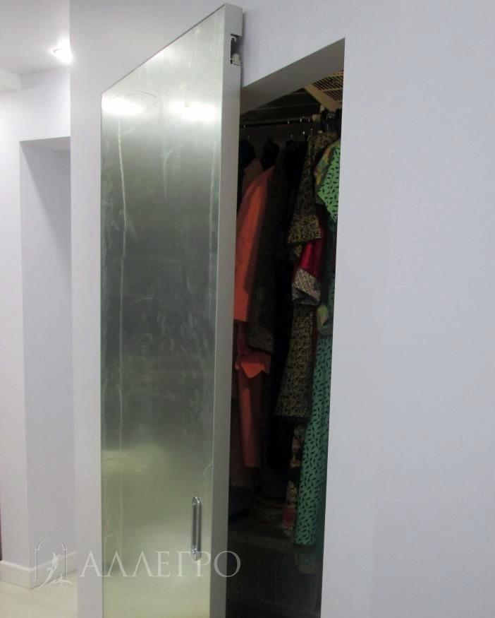 Раздвижная дверь с зеркальным, серебряным полотном в защитной пленке