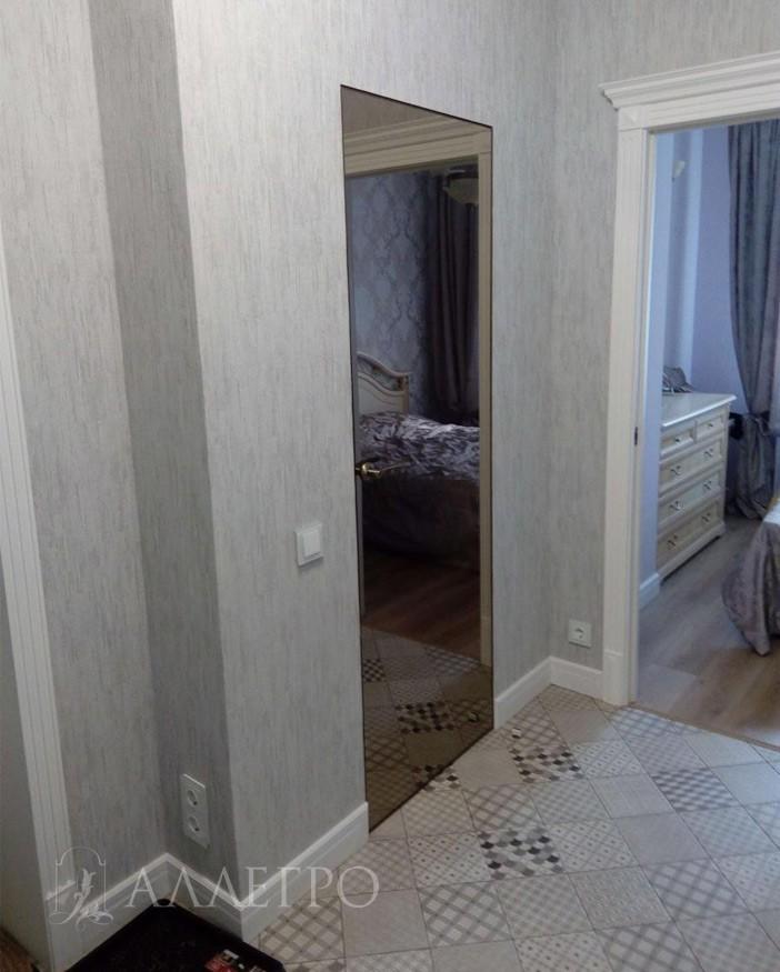 Дверь со скрытой коробкой и зеркальным полотном бронзового цвета
