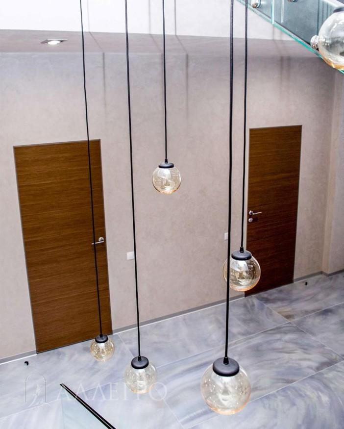 Двери в шпоне орех со скрытой коробкой стильно вписались в общий интерьер