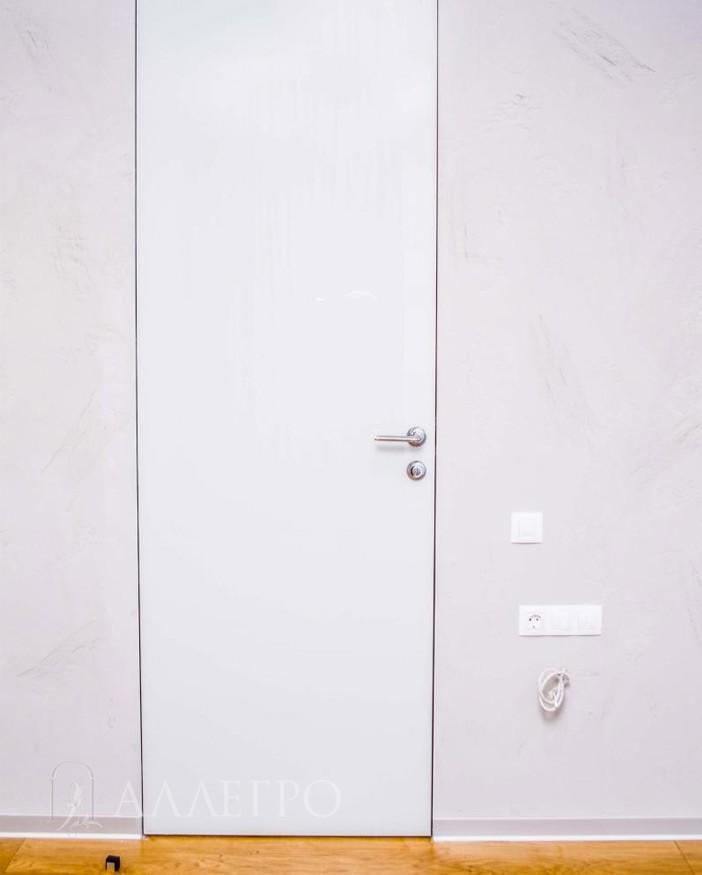 Белое глянцевое стекло в скрытой двери