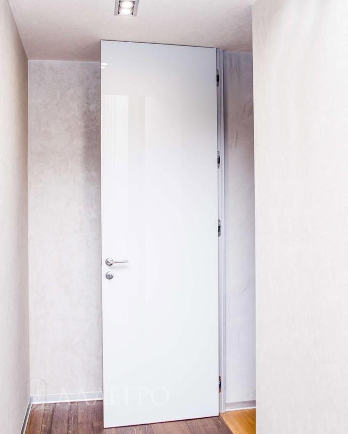 Открытая скрытая стеклянная дверь нестандартной высоты