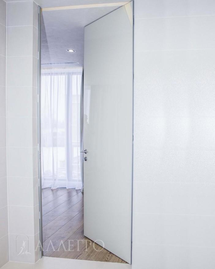 Стеклянная скрытая дверь - прекрасное интерьерное решение