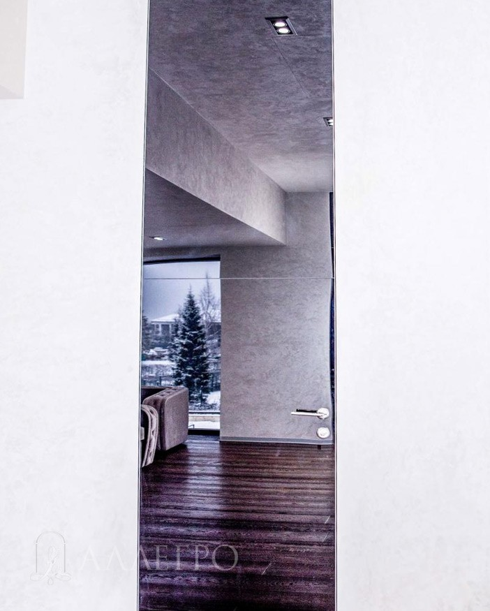 Дверь на фото - 4000 мм. Для такого размера не бывает таких высоких стеклянных панелей. Максимальная высота, которую делают производители стекла – 3200 мм. Поэтому пришлось ее «сшивать» из двух отдельных панелей. Шов посередине – тому свидетельство.