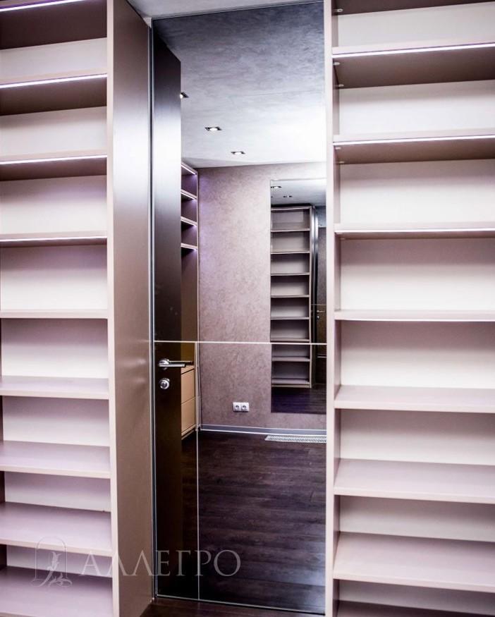 Индивидуально для этого проекта мы разработали модель с бронзовой вставкой по желанию дизайнера, который курировал этот проект. Тем самым, по её замыслу, данная дверь должна была идеально вписаться в интерьер и сочетаться как со стенами, так и с полом.