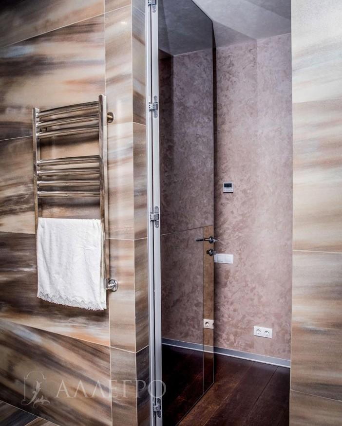 Скрытая дверь с зеркальным полотном со стороны ванной комнаты