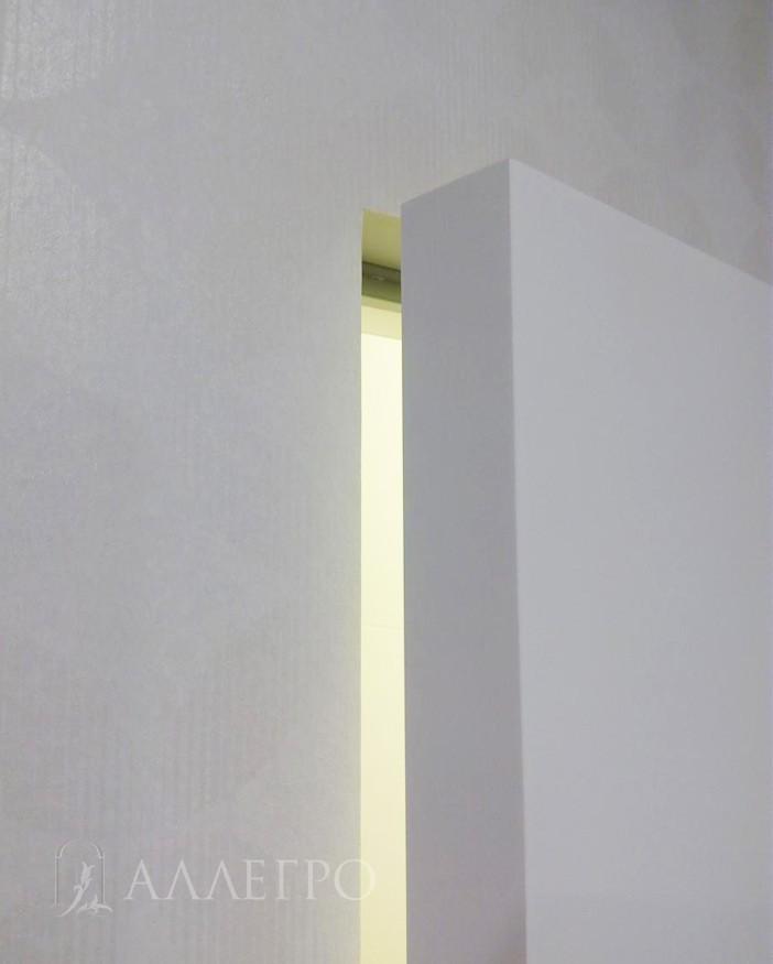 Здесь хорошо виден кантик полотна, который не алюминиевый и выполнен в один цвет с лицевой стороной полотна