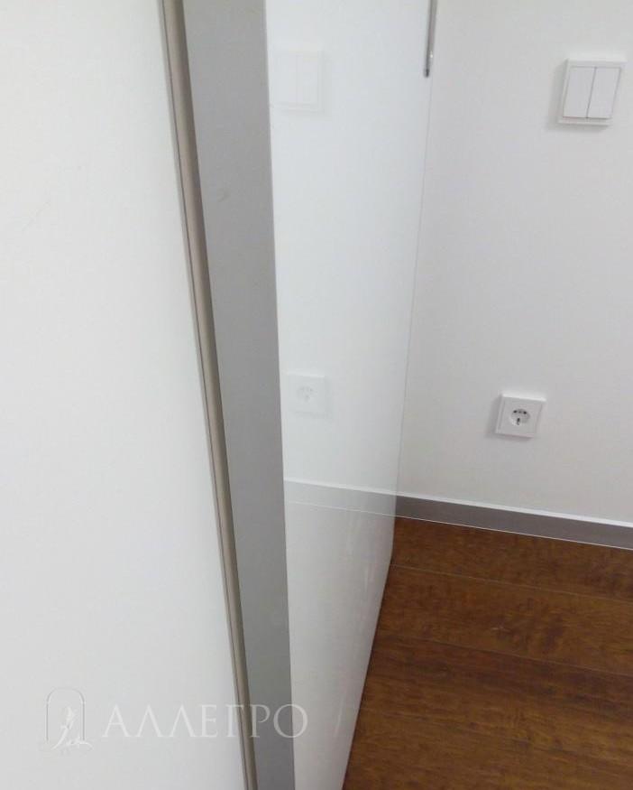 Алюминиевый профиль раздвижной двери и белое глянцевое полотно со стороны комнаты