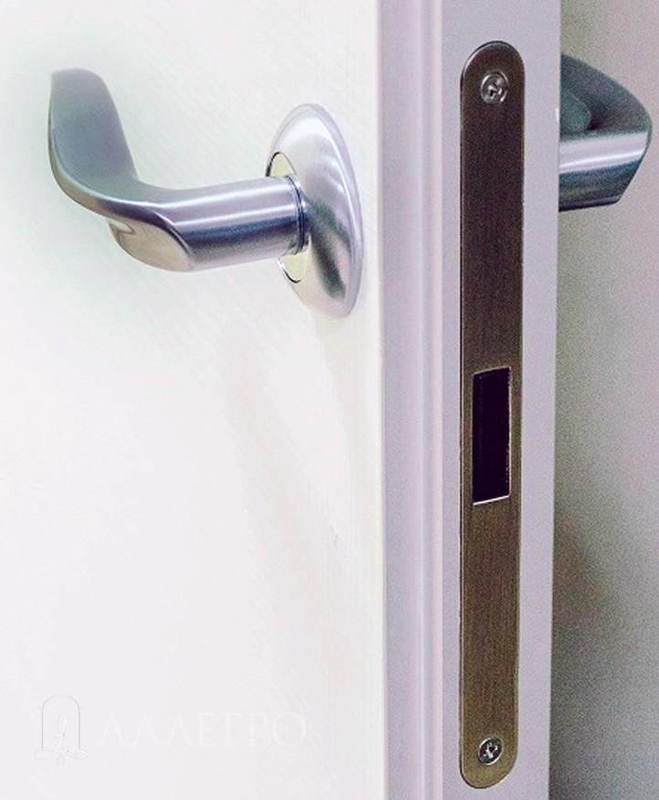 Магнитный замок WC установленный в межкомнатную дверь