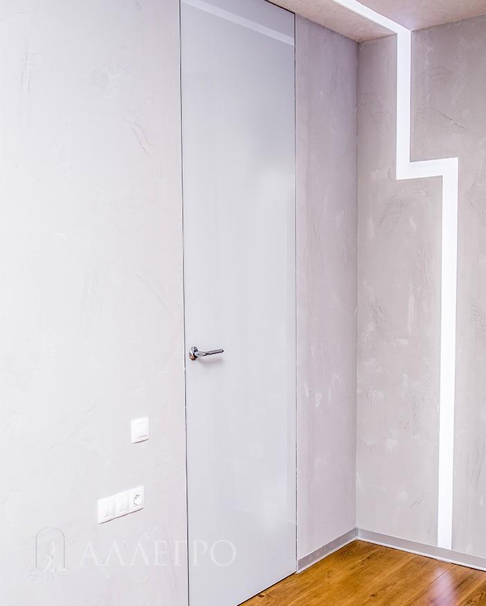 Скрытые двери с белым глянцевым стеклом