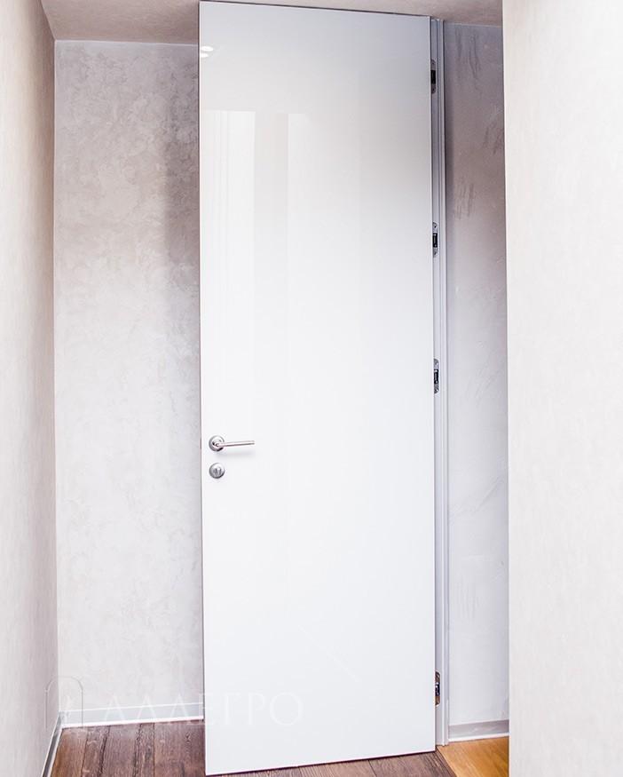 Высокие скрытые двери с алюминиевой коробкой и стеклянным полотном
