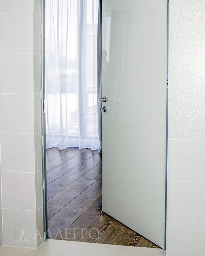 Скрытые двери с стеклянным полотном белый глянец