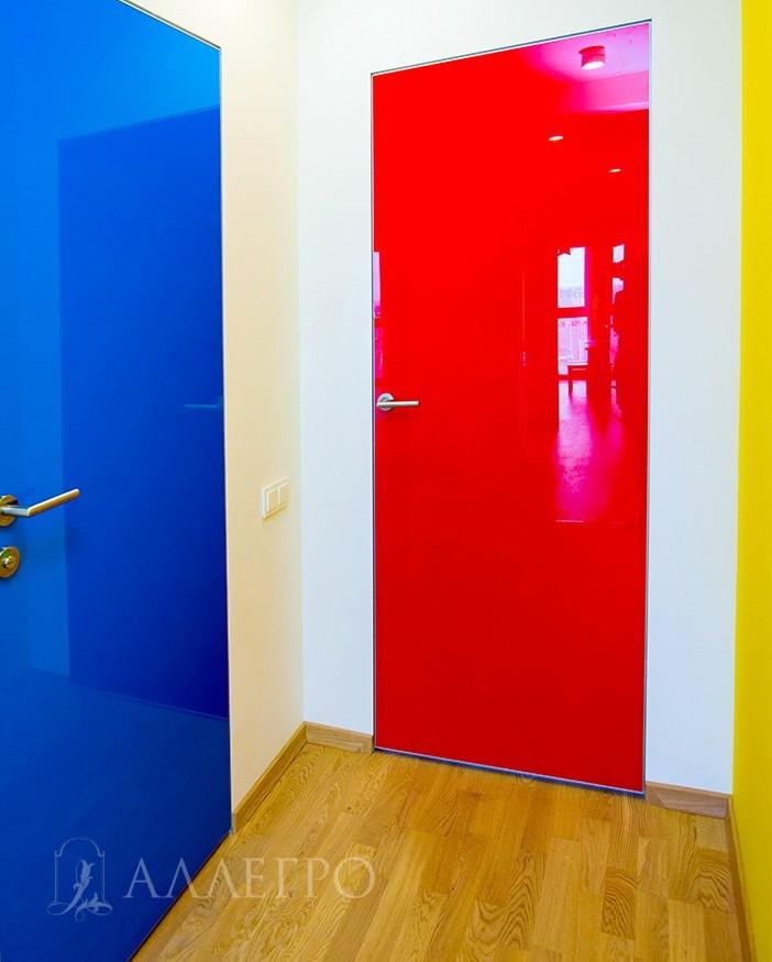 Яркие цветные стеклянные двери