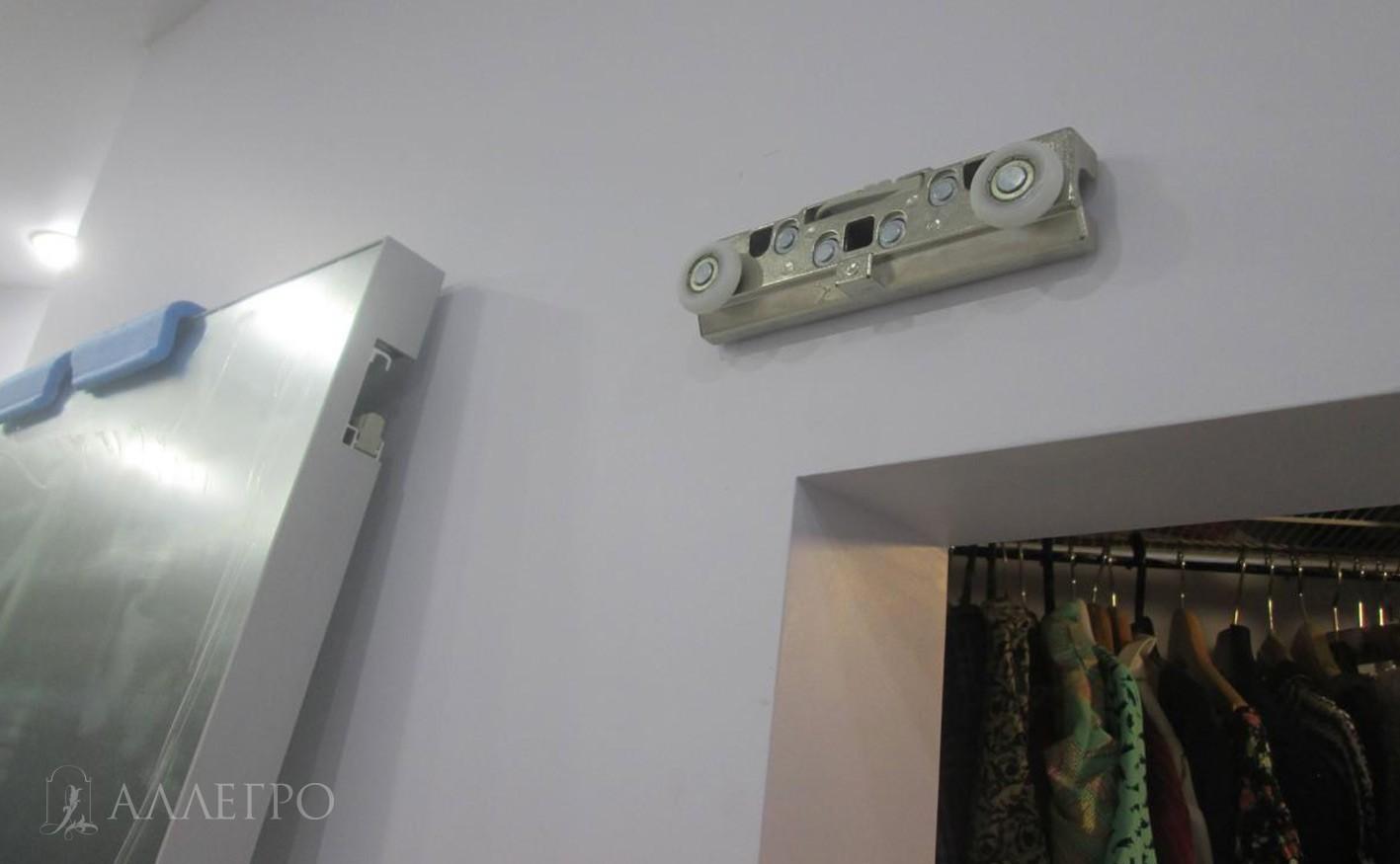 Каретка скрытого механизма крепится на стену