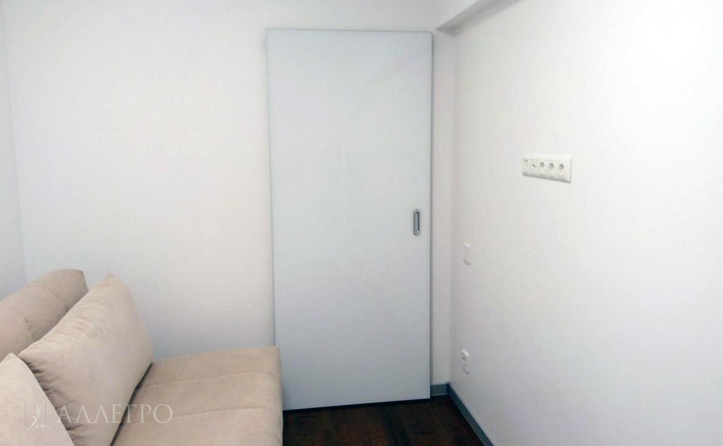 Раздвижная дверь с механизмом HIDDEN в закрытом виде с стеклянным полотном со стороны комнаты