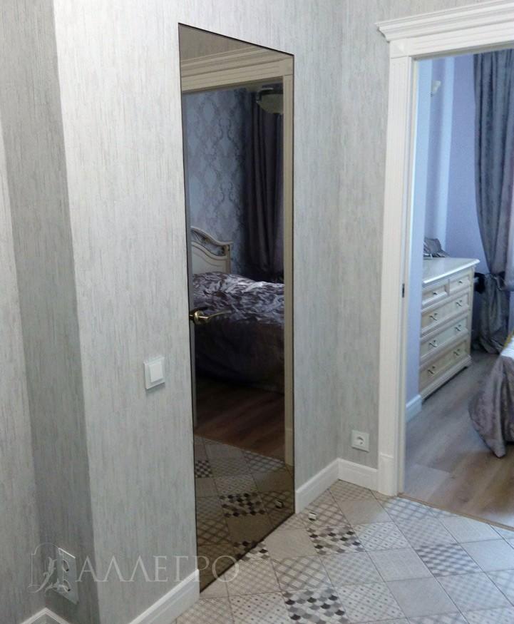 Фото скрытой зеркальной двери с бронзовым зеркалом