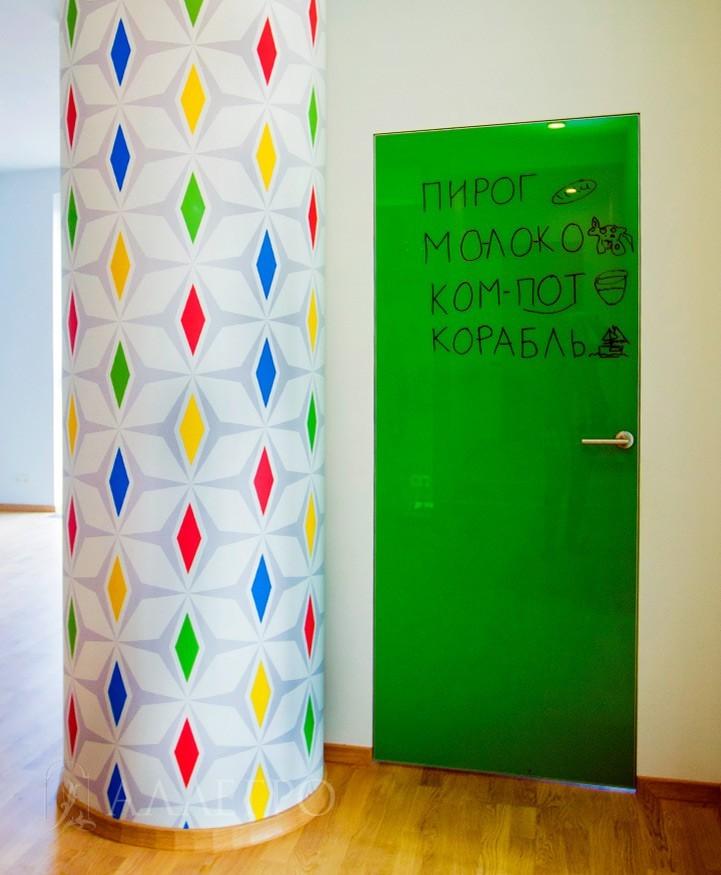 Стеклянная дверь со скрытой алюминиевой коробкой.Возможен выкрас в любой цвет по шкале RAL.