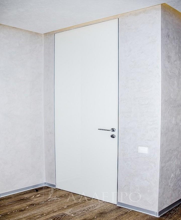 Фото белой двери в глянце с деревянной скрытой коробкой