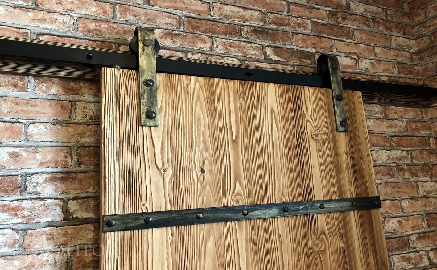 Сама дверь отбраширована и покрыта пропиткой в грушевом цвете