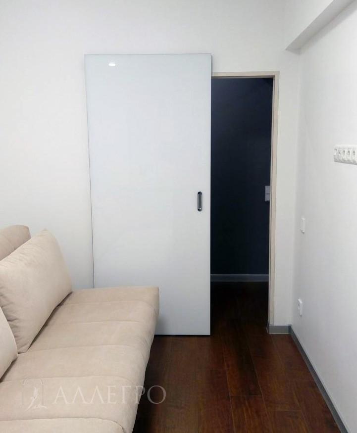 Фото раздвижной белой двери с невидимым механизмом HIDDEN