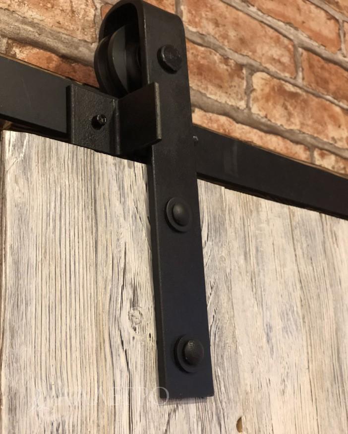 Детали амбарной двери крупным планом