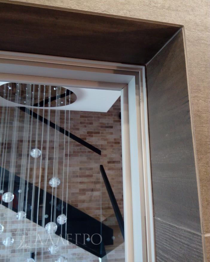 Подведение плитки под  скрытый короб с обратной стороны крупным планом