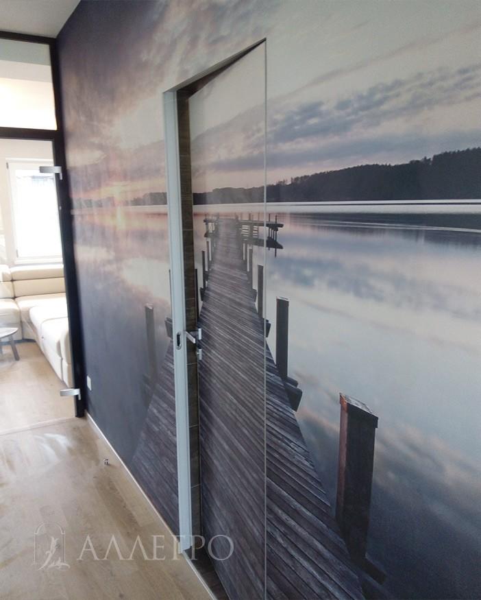 Скрытая дверь в приоткрытом виде. Открывание от себя или внутреннее