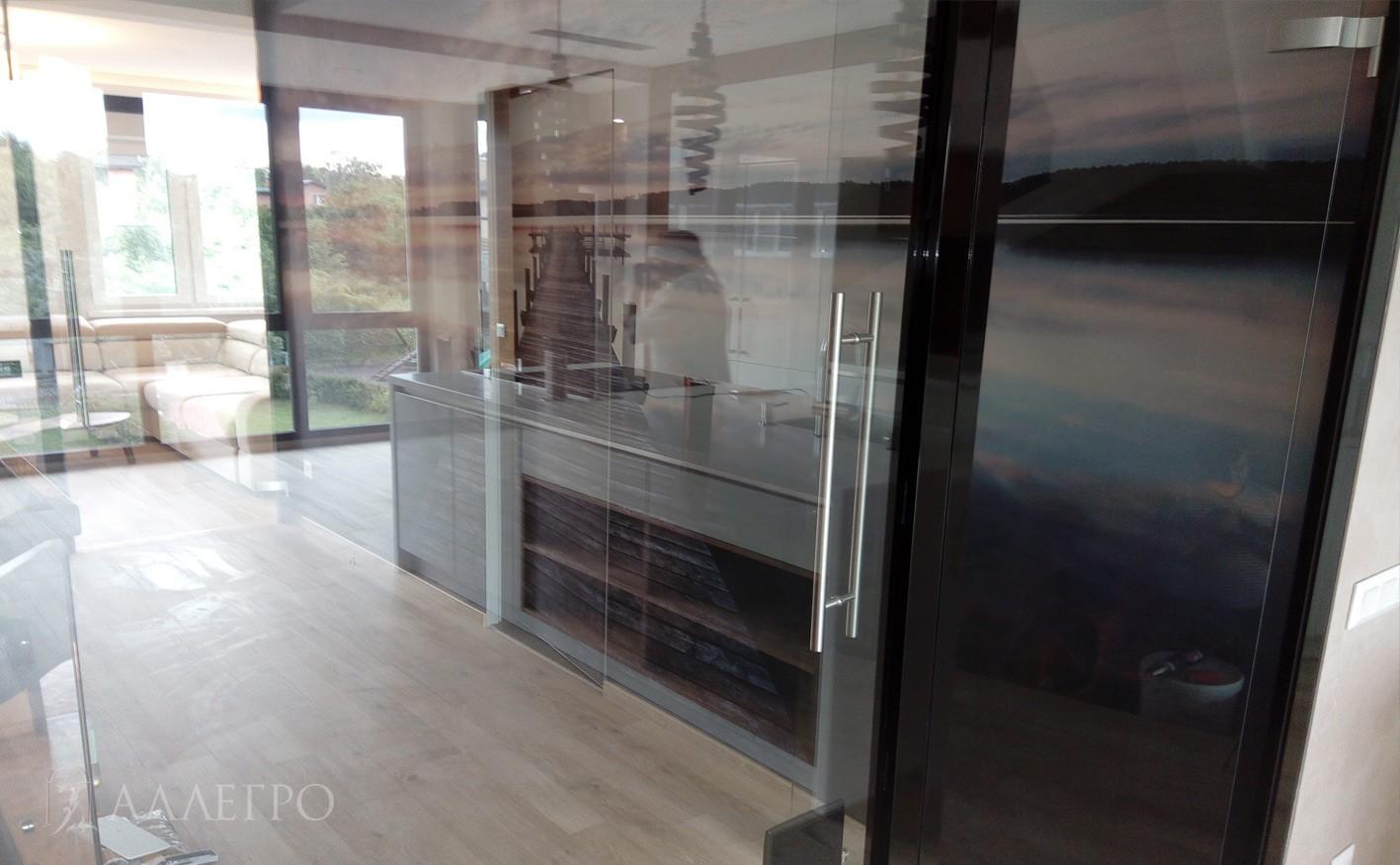 Дверь со скрытым коробом за стеклом