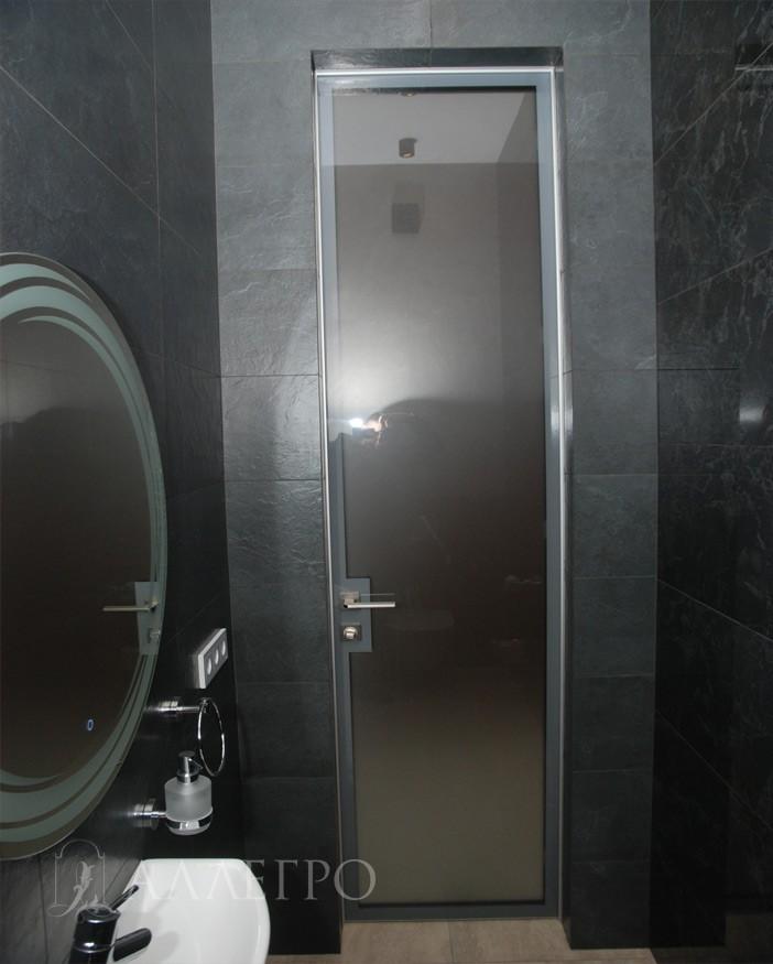 Стеклянная дверь имеет стильную кайму по периметру, которая закрывает профиль каркаса и магнитный замок
