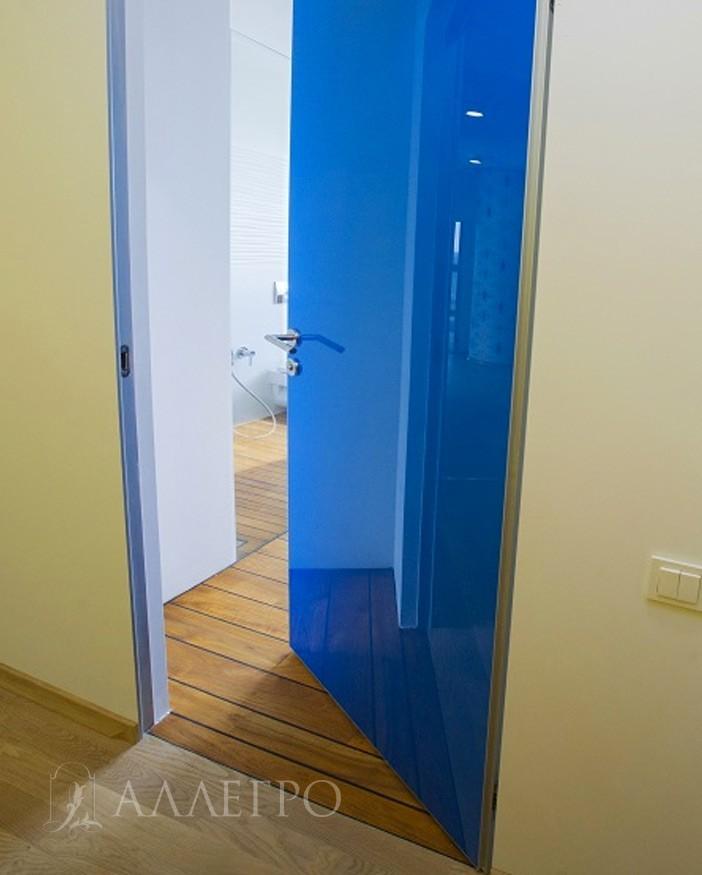 Так дверь открывается не наружу, а внутрь «от себя»