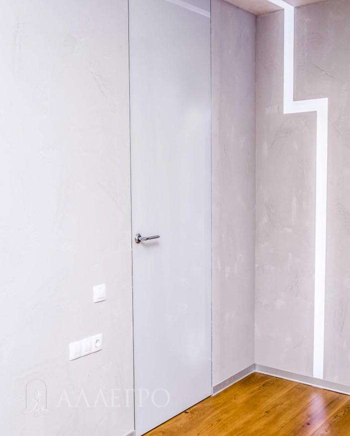 Скрытая стеклянная дверь с белым глянцем