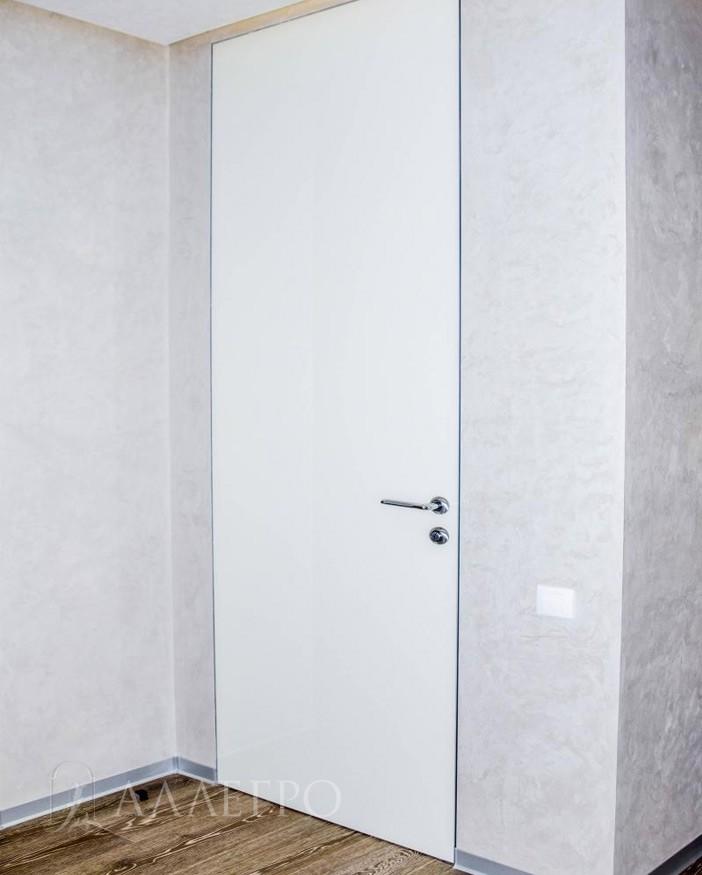 Скрытая дверь с белым глянцевым стеклом в сочетании с декоративной штукатуркой