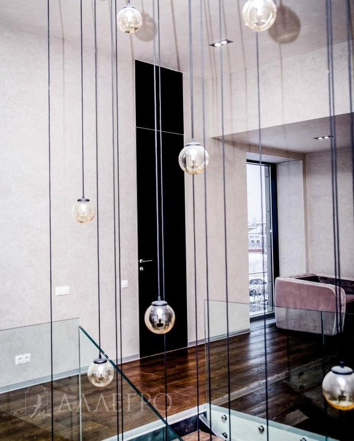 Двери со скрытой коробкой и черным стеклянным полотном эффектное интерьерное решение