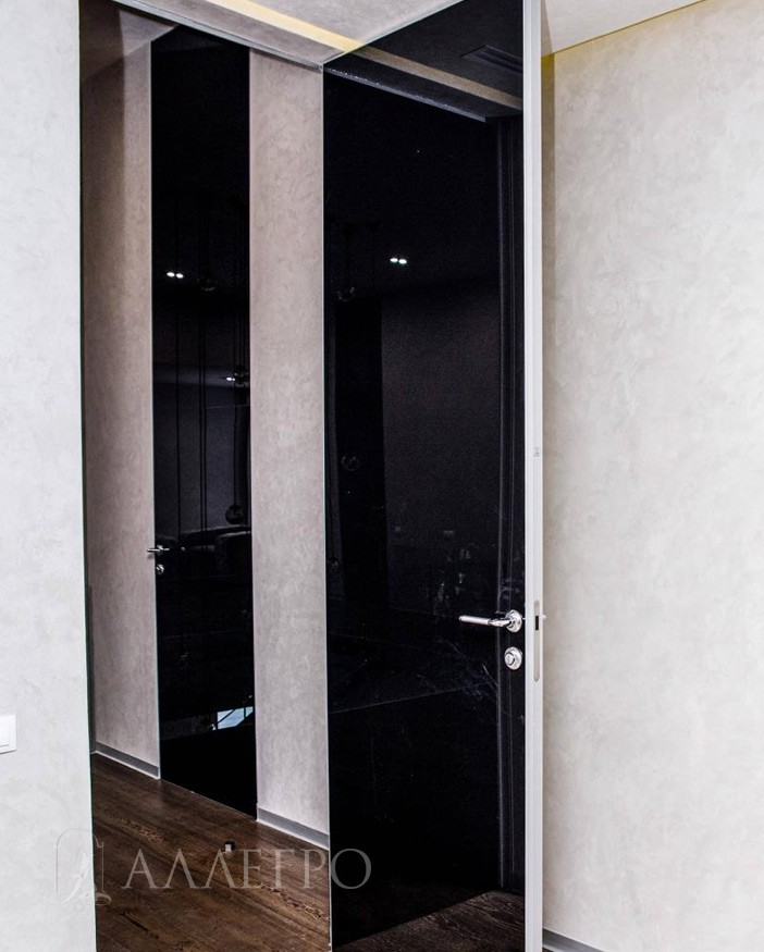 Открытая стеклянная дверь, вид из комнаты