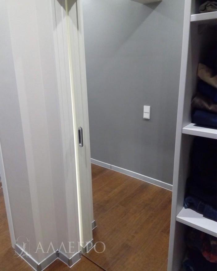Со стороны гардеробной, полотно раздвижной двери из серебряного зеркала