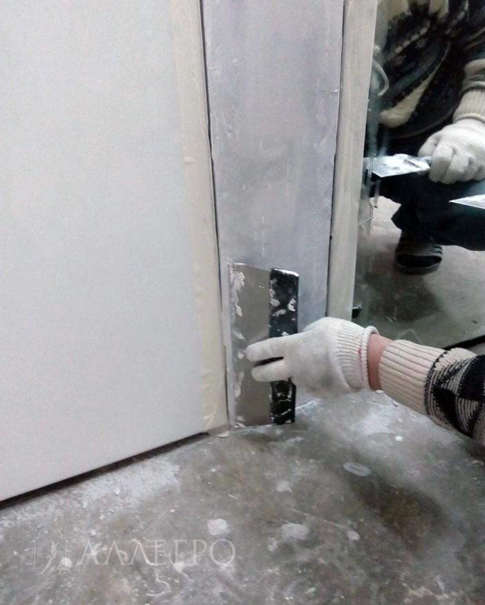 ШАГ4б На фото можно увидеть, что во избежание попадание материалов на полотно, края проклеены скотчем