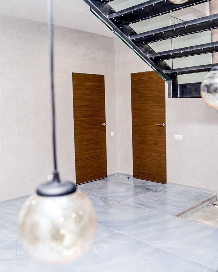 Скрытые двери с шпоном цвета орех и алюминиевой коробкой